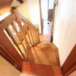 この階段で2階寝室に上がります(内装)